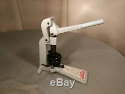 BADGE A MINIT BADGE A MATIC 2 1/4 in PRESS MACHINE PIN BUTTON MAKER WITH CUTTER